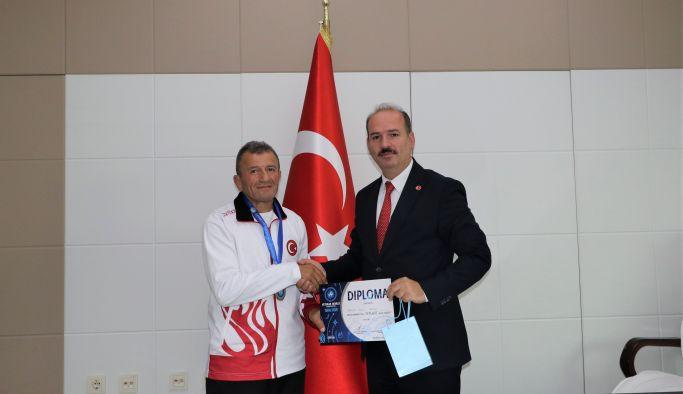 Dünya ikincisi güreşçiden, Ali Tosun'a ziyaret