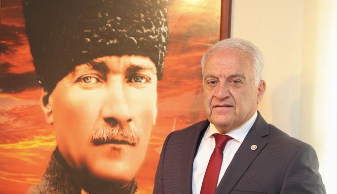 """""""Büyük Atatürk'ün yüksek hatırası önünde saygıyla eğiliyoruz"""""""
