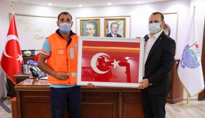 Çöpten Türk Bayrağı alan Küçük'e teşekkür