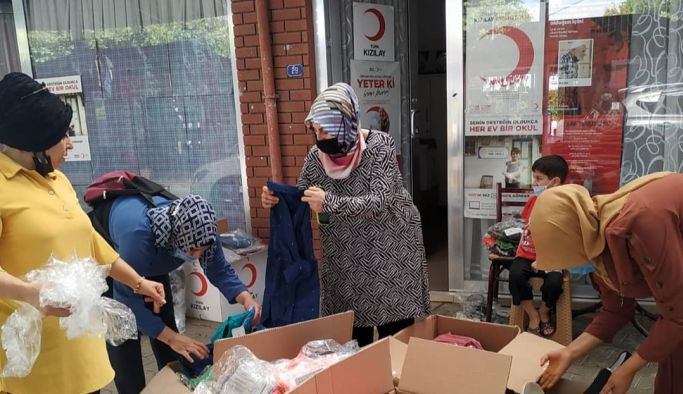 AK Kadınlar ve Kızılay'dan yüzlerce aileye yardım