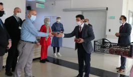 Altınova Sağlık Çalışanlarına çilek ikram edildi