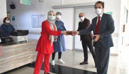İlk mahsul çilekler sağlık çalışanlarına dağıtıldı