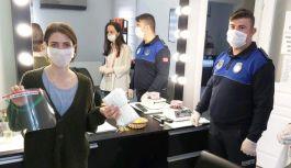 Altınova'da berber ve kuaförlere maske dağıtıldı