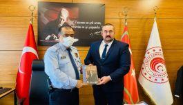 Yalova Ülkü Ocakları Başkanı Bora Tanaçan, Gümrük Müdürü Ali Ihsan Bilgetürk'ü makamında ziyaret etti.