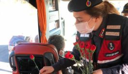 Jandarma'dan kadınlara karanfil sürprizi