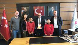 Öğrenciler, Başkan Oral'a kitap hediye...