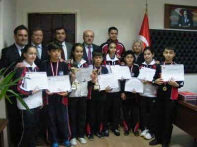 İl Milli Eğitim Müdürü Ahmet Yurtman, şampiyonları tebrik etti