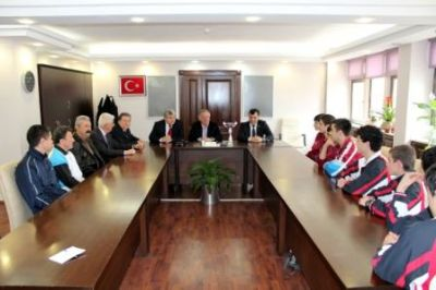 MASA TENİSİ ŞAMPİYONLARI'NDAN BAŞKAN KOÇAL'A ZİYARET