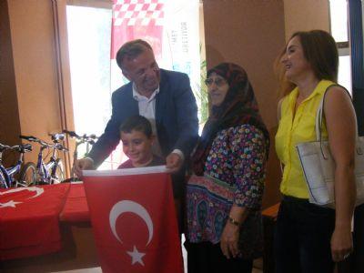 Koçal, vatandaşa Türk Bayrağı dağıttı