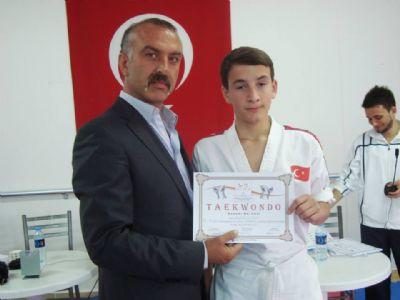 MHP'li Geçkin'den sporculara destek