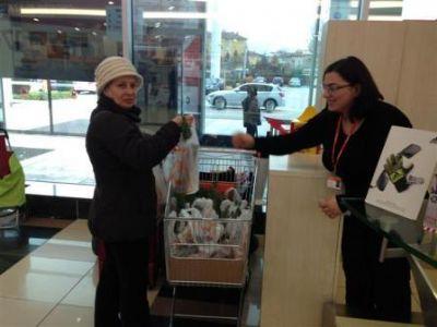 Özdilek'te 21-23 Mart tarihleri Orman haftasında müşterilerine fıstık çamı hediye etti