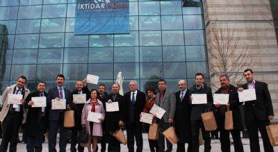 Kılıçdaroğlu'nun elinden sertifika