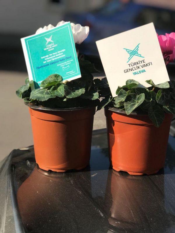 TÜGVA'dan 17 Ortaokul Ve Lise Öğretmenlerine Çiçekli Kutlama