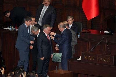 Yakup Koçal'a AK Parti rozeti
