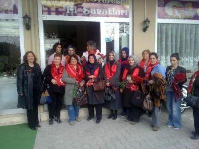 Çiftlikköy MHP, Kadınlar Günü'nü çiçeklerle kutladı
