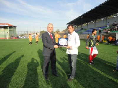 Taşköprü Belediye Başkanı Şaban Ertan'dan galip takıma plaket.