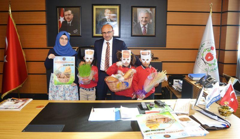 """Başkan Oral' dan """"Sepetimde ekmek var"""" projesine destek"""